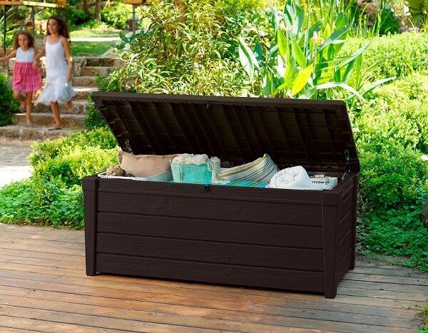 Skrzynia Brightwood, Keter. Skrzynia tego rodzaju nadaje się świetnie jako pojemnik na koce, poduszki i inne tkaniny używane na co dzień w ogrodzie lub na tarasie