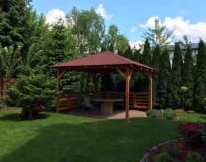 Duże altany odnajdą się tylko w ogrodach o dużej przestrzeni. Na zdjęciu: altanka drewniana Szawia o powierzchni 9 m2