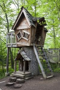 Dzieci uwielbiają kryjówki. Na zdjęciu: drewniany domek piętrowy.